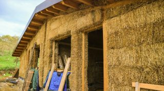 Respirare aria sana: dentro una casa di paglia